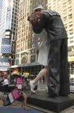 times den fyrkantiga statyn för kyssen seger Royaltyfri Bild