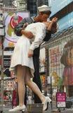 times den fyrkantiga statyn för kyssen seger Fotografering för Bildbyråer