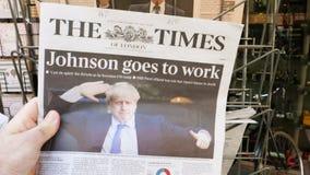 The Times-Krant met Boris Johnson op dekking stock video