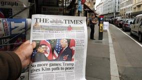 The Times-krant over de top langzame motie van Troefkim stock videobeelden