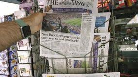 The Times met Emmanuel Macron op de Wereldbeker van de dekkingskrant stock footage