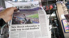 The Times met Emmanuel Macron op de Wereldbeker van de dekkingskrant stock videobeelden