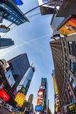 Times Square, που χαρακτηρίζεται με τα θέατρα Broadway και το τεράστιο αριθμό Στοκ εικόνες με δικαίωμα ελεύθερης χρήσης