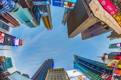 Times Square, που χαρακτηρίζεται με τα θέατρα Broadway και το τεράστιο αριθμό Στοκ Φωτογραφία