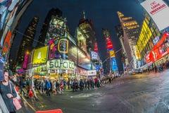 Times Square, που χαρακτηρίζεται με τα θέατρα Broadway και το τεράστιο αριθμό Στοκ Εικόνες