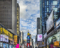 Times Square, που χαρακτηρίζεται με τα θέατρα Broadway και το τεράστιο αριθμό Στοκ φωτογραφία με δικαίωμα ελεύθερης χρήσης