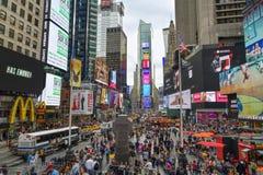 Times Square abarrotado em New York City fotos de stock