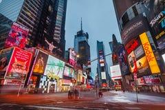 Times Square antes de la salida del sol Imagenes de archivo