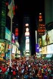 Times Square avec des personnes pendant la nuit Images stock
