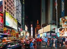 Times Square avec des personnes pendant la nuit Photo libre de droits