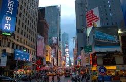 Times Square bij zonsondergang, de Stad van New York Stock Foto