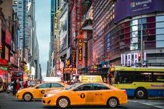 Times Square bis zum Nacht lizenzfreie stockfotos
