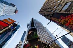 Times Square-, Broadway teatrar och lett tecken, ett symbol av New York arkivfoto