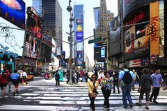 Times Square, caracterizado com teatros de Broadway e grande n?mero de sinais do diodo emissor de luz foto de stock