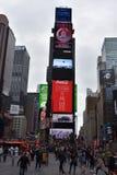 Times Square, caracterizado com teatros de Broadway e sinais animados do diodo emissor de luz, em Manhattan foto de stock royalty free