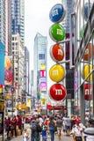 Times Square com turistas e anúncio da rua de m&m fotos de stock