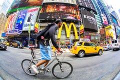 Times Square con el ciclista, New York City imagen de archivo