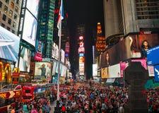 Times Square con la gente nella notte Fotografia Stock