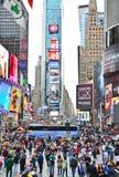 Times Square con las porciones de visitantes en New York City Imágenes de archivo libres de regalías