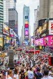 Times Square con los turistas y las carteleras del LED fotografía de archivo