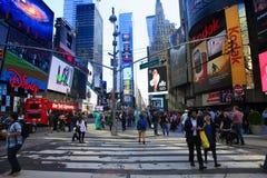 Times Square, décrit avec les théâtres de Broadway et le nombre important de signes de LED image stock