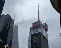4 Times Square, das mit H&M-Logo an einem bewölkten Tag errichtet stockfotos