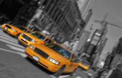 Times Square de New York City, tache floue de mouvement de taxi Photos stock