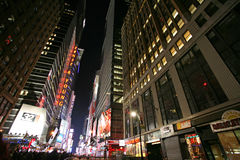 Times Square de NEW YORK CITY, vida de noche de la calle de Nueva York Fotos de archivo