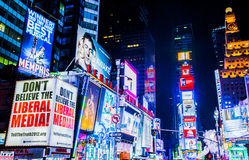 Times Square en la noche Fotos de archivo libres de regalías