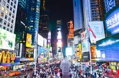 Times Square en la noche en New York City Imágenes de archivo libres de regalías
