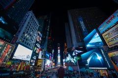Times Square en la noche imagenes de archivo