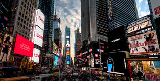 Times Square en la puesta del sol - Nueva York, los E.E.U.U. Imagenes de archivo