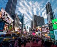 Times Square en la puesta del sol - Nueva York, los E.E.U.U. imágenes de archivo libres de regalías