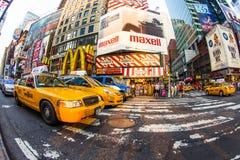 Times Square en Nueva York con los taxis amarillos Imagen de archivo libre de regalías