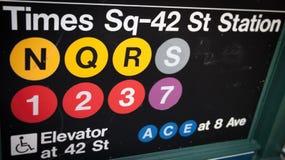 Times Square--Gångtunneltecken för 42 gata Royaltyfri Fotografi