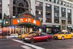 Times Square, gekennzeichnet mit Broadway-Theatern und großer Anzahl von Stockfotos