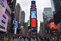 Times Square, gekennzeichnet mit Broadway-Theatern und lebhaften LED-Zeichen, in Manhattan stockbild