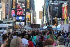 Times Square het winkelen menigte, de Stad van New York, de V.S. Royalty-vrije Stock Afbeelding