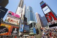 Times Square, met Broadway-Theaters en geanimeerde LEIDENE tekens, de Stad van New York, de V.S. wordt gekenmerkt die Stock Foto's