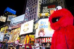 Times Square, New York City, New York, Estados Unidos - cerca do caráter 2012 do elmo da rua de sésamo em Times Square do traje n Imagens de Stock