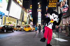 Times Square, New York City, New York, Estados Unidos - cerca do caráter 2012 do rato de mickey de Disney em Times Square do traj Imagem de Stock