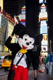 Times Square, New York City, New York, Estados Unidos - cerca do caráter 2012 do rato de mickey de Disney em Times Square do traj Imagem de Stock