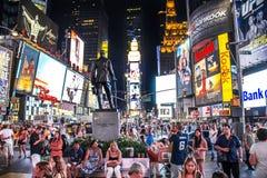 Times Square New York City, New York, Förenta staterna - circa 2012 stora folkmassor av folkturister på den George M Cohan statyn arkivfoto