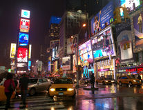 Times Square, New York City, na noite, sob a chuva Fotografia de Stock