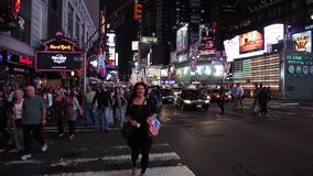 Times Square, New York nella notte stock footage