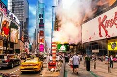 Times Square occupato in NYC Il posto è famoso come posto più occupato del ` s del mondo per i pedoni e un punto di riferimento i fotografia stock libera da diritti