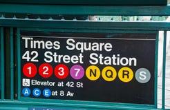 Times Square och 42nd gatagångtunneltecken Arkivfoton