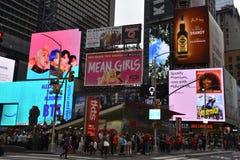 Times Square, ofrecido con los teatros de Broadway y las muestras animadas del LED, en Manhattan fotos de archivo