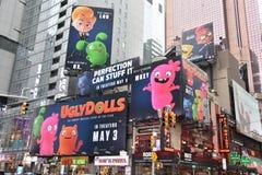 Times Square, ofrecido con los teatros de Broadway y las muestras animadas del LED, en Manhattan imagenes de archivo