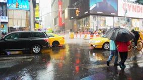Times Square op een regenachtige dag stock videobeelden